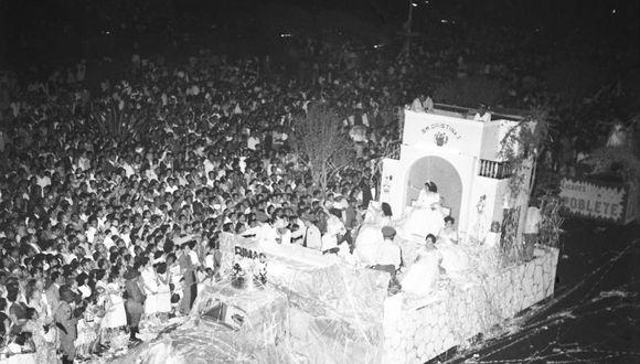 El 23 de febrero de 1955, carros alegóricos desfilan por Carnavales en el Centro de Lima. (Foto: Archivo Histórico El Comercio)