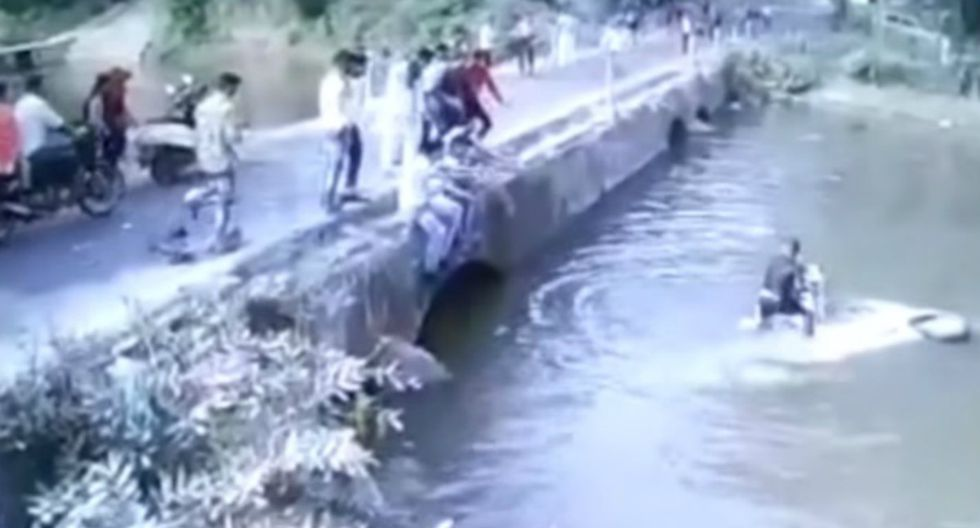 Se hizo viral en YouTube el instante en que un hombre lanza a su hijo a un puente para salvarle la vida. (Video: Captura)