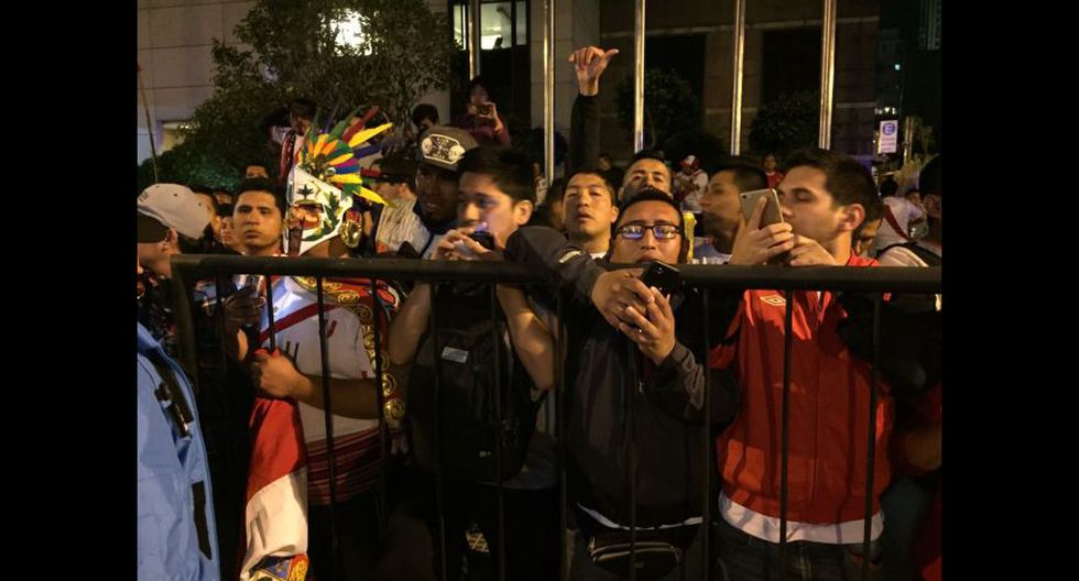 Selección peruana fue recibida en hotel por cientos de fanáticos. (Foto: Julio Vizcarra Torres - Enviado Especial)