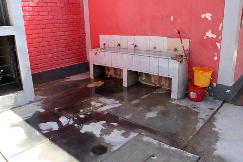 Piura: alumnos estudian en escuela con desagües colapsados  - 2