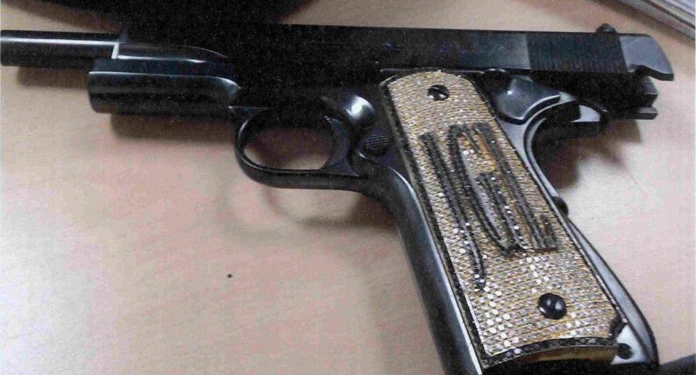 """'El Chapo' utilizaba una pistola Colt calibre.38. Tenía incrustaciones de diamantes en color blanco y negro en la parte de la culata, además contaba con las iniciales """"JGL"""". (Foto: AP)."""