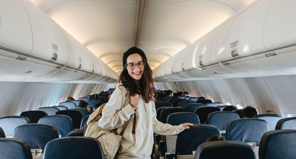 Viajar sin maquillaje y rociar el rostro con agua termal o loción tónica ayuda a combatir los cambios de humedad. (Foto: Shutterstock)