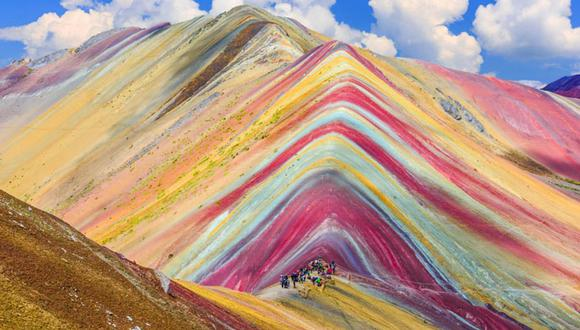 Montaña de Siete Colores o Vinicunca. A 131 km al sur este de Cusco,  en la provincia de Quispicanchi, se encuentra esta montaña que debe su atractivo a una coloración natural, a consecuencia de la presencia de rocas sedimentarias en erosión. La página Business Insider la incluyó en su ránking de los 100 viajes que debes hacer al menos una vez en la vida. (Foto: Shutterstock)