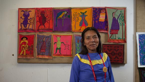 Lastenia Canayo, la artista shipio-konibo presenta para el proyecto De Voz a Voz Perú una obra que forma parte de su serie sobre guardianes del bosque.