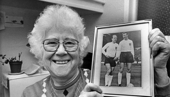 Cissie Charlton posa feliz con la foto de sus hijios, Jackie y Bobby, campeones del mundo en 1966. (Foto: Agencias).