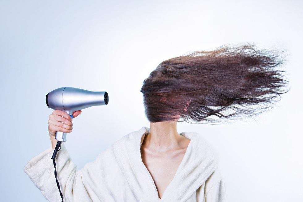 """<b>¿Sabían que usar pegamento en aerosol como substituto de la laca para el cabello es una terrible idea? Pues bien, eso fue lo que aprendió a la mala una mujer de <a href=""""https://es.wikipedia.org/wiki/Estados_Unidos"""" target=""""_blank"""">Estados Unidos</a> llamada <a href=""""https://www.tiktok.com/@im_d_ollady"""" target=""""_blank"""">Tessica Brown</a> que, en un par de videos que publicó en su cuenta de <a href=""""https://es.wikipedia.org/wiki/TikTok"""" target=""""_blank"""">TikTok</a> @im_d_ollady, explicó que usó el adhesivo extremadamente fuerte de la <a href=""""https://www.gorillatough.com/"""" target=""""_blank"""">Compañía Gorilla Glue</a> para darle un <i>""""toque final""""</i> a su peinado al ver que el producto que acostumbraba ponerse se había terminado. Varias semanas y docenas de lavadas de cabeza después, su cabellera permanecía estática.</b> <i>""""Hola, todos. Para aquellos de ustedes que me conocen saben que mi cabello ha estado así cerca de un mes a la fecha. No es por elección. No, no es por elección. Cuando me arreglo el cabello, me gusta darle un acabado con un poco de Göt2b Glued Spray, ya saben, para que se quede en su lugar. Bueno, no tenía más Göt2b Glued Spray, así que usé esto: Gorilla Glue en aerosol. Mala, mala, mala idea""""</i>, precisó la grabación mientras sostenía la lata del mencionado producto."""