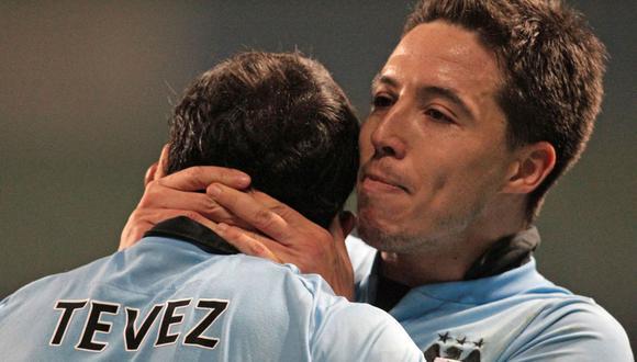 Samir Nasri y Carlos Tevez jugaron juntos en el Manchester City, y ahora podrían jugar juntos en Boca Juniors. (Foto: AFP)