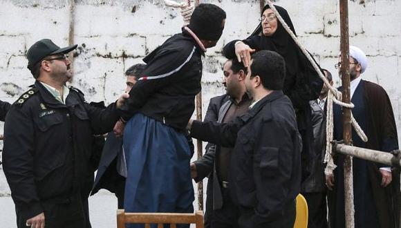 Irán ahorca en público a tres hombres por asesinar a un fiscal