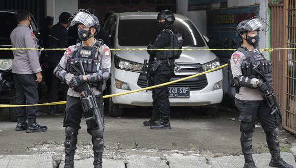 La policía de Indonesia protege el área que sufrió un atentado a manos del JAD, durante el último Domingo de Ramos. (Foto: EFE).