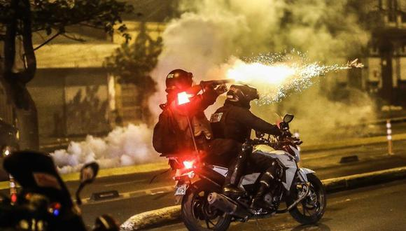 Policías se enfrentan a manifestantes durante una protesta contra el nuevo Gobierno de Manuel Merino este jueves en la Plaza San Martín. (EFE/Aldair Mejía).