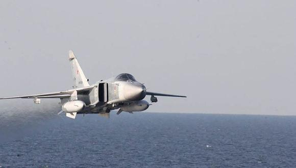 Un avión de ataque Sukhoi Su-24 ruso sobrevuela el USS Donald Cook (DDG 75), un destructor de misiles guiados clase Arleigh Burke, que opera en el Mar Báltico el 12 de abril de 2016. (Foto: AFP).