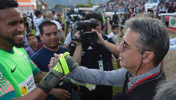 Pedro Gallese recibiendo las felicitaciones de Pablo Bengoechea. (Foto: Agencias)