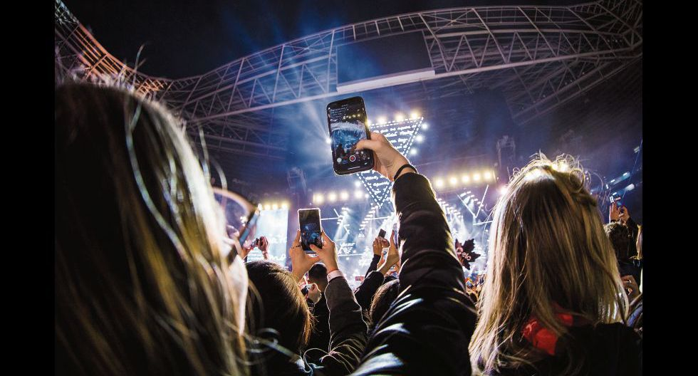 SAO PAULO, BRAZIL - AUGUST 24: Audience with cell phones and smartphones recording during a concert at Allianz Parque on August 24, 2019 in Sao Paulo, Brazil. (Photo by Mauricio Santana/Getty Images)