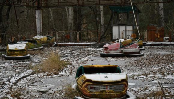 Una fotografía tomada el 8 de diciembre de 2020 muestra autos chocones en un parque de diversiones abandonado en la ciudad fantasma de Pripyat, no lejos de la planta de energía nuclear de Chernóbil. (Foto de GENYA SAVILOV / AFP).