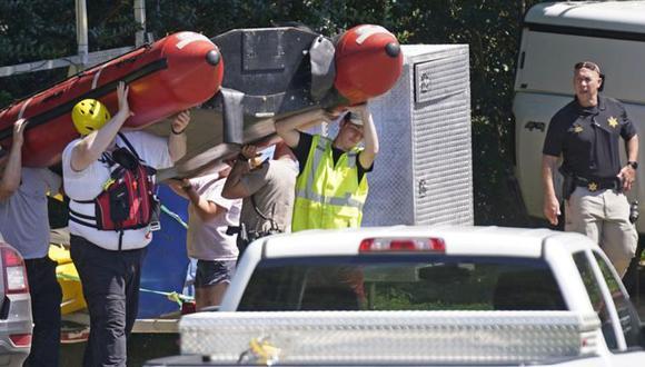 La escena en Eden, Carolina del Norte, donde murieron unas personas que iban en paseo en balsa por un río. (Foto: AP/Gerry Broome)