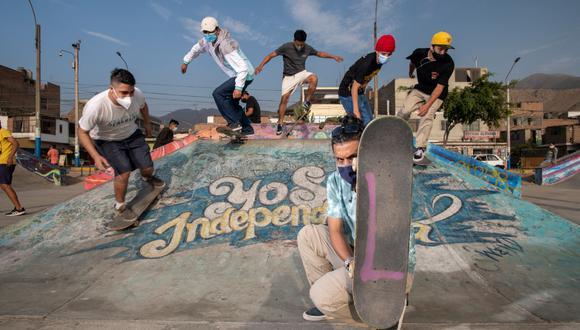"""SKATERS. Joseph Díaz Garay está al frente de la comunidad @via_skateboarding y también estuvo al frente de las marchas con sus tablas como escudos formando la palabra Libertad. Exigen mayor inversión en educación y terminar con """"la dinastía corrupta"""". (Foto: Luis Miranda)"""