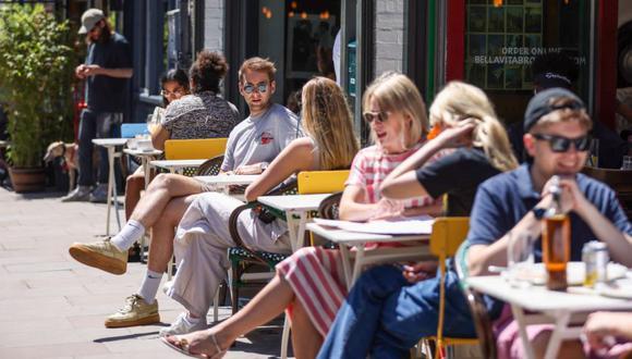 La gente come al aire libre en Broadway Market en Hackney, Londres, Reino Unido. (Foto: Hollie Adams / Bloomberg).