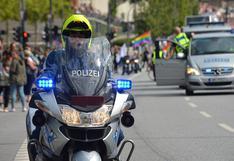 Policía castiga de singular forma a tres jóvenes que viajaban sin casco en una motocicleta