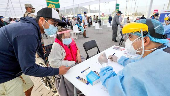 El Minsa informó sobre los puntos de vacunación a los que podrán acudir, desde el 23 al 27 de abril, las personas mayores de 80 años de los 28 distritos. (Foto: Minsa)