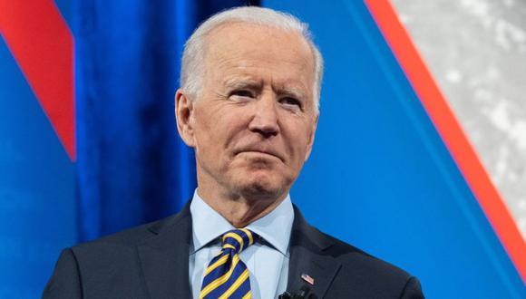 El presidente de los Estados Unidos, Joe Biden, sostiene una mascarilla mientras participa en un ayuntamiento de CNN en el Teatro Pabst en Milwaukee, Wisconsin. (Foto: Archivo /AFP / SAUL LOEB).