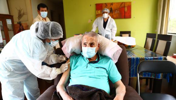 Hoy empezó la vacunación contra el COVID-19 a los adultos mayores de 100 años a más en sus hogares. (Foto: Hugo Curotto / @photo.gec)