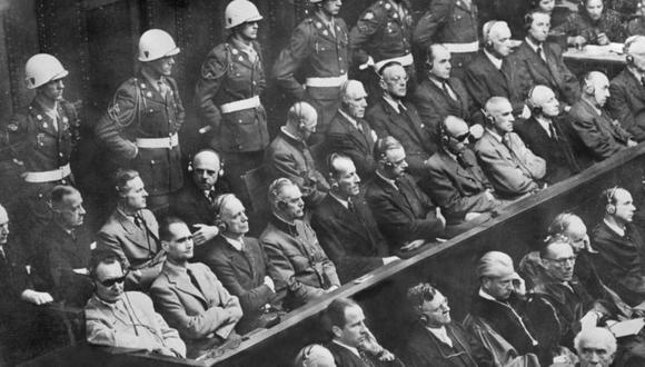 Los juicios de Núremberg empezaron el 20 de noviembre de 1945 contra la cúpula nazi. Abajo a la izquierda, con lentes oscuros, está Hermann Göring, seguido de Rudolf Hess, los acusados de más alto rango. (GETTY IMAGES).