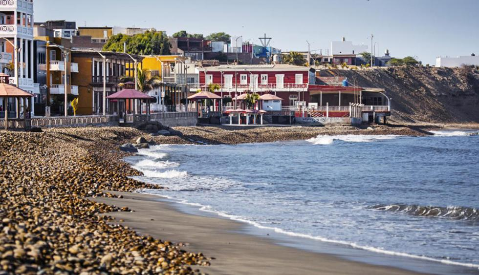 Pacasmayo. Se encuentra a 108 km al norte de Trujillo (km 681 de la Panamericana Norte), y es una parada alternativa para disfrutar de tranquilas y hermosas playas. Otro imperdible es un paseo por su vistoso muelle. (Foto: Alex Bryce / PromPerú)