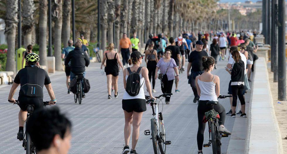 La gente hace ejercicios al aire libre en Valencia. (AFP / JOSE JORDAN).