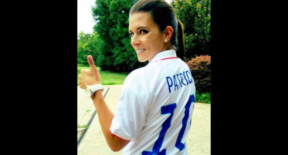 La ex-piloto de automovilismo Danica Patrick luciendo la camiseta de Estados Unidos para alentar a la selección. (Foto: captura Facebook)