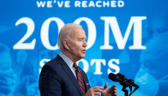 El presidente de Estados Unidos, Joe Biden, habla en el edificio de oficinas ejecutivas de Eisenhower en Washington, DC, tras lograr su objetivo de vacunar a 200 millones de personas contra el coronavirus covid-19. (EFE / EPA / Sarah Silbiger).