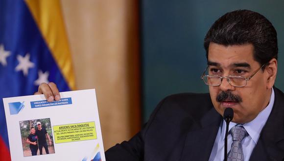 El presidente de Venezuela, Nicolás Maduro, muestra una foto del líder opositor Juan Guaidó con un señalado miembro de la banda criminal colombiana Los Rastrojos. (Foto: EFE).