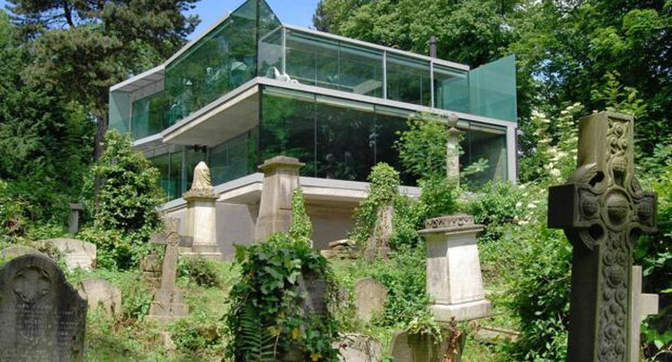 En medio de lápidas y tumbas se encuentra esta moderna vivienda de cuatro pisos. (Foto: Lyndon Douglas / Houzz)