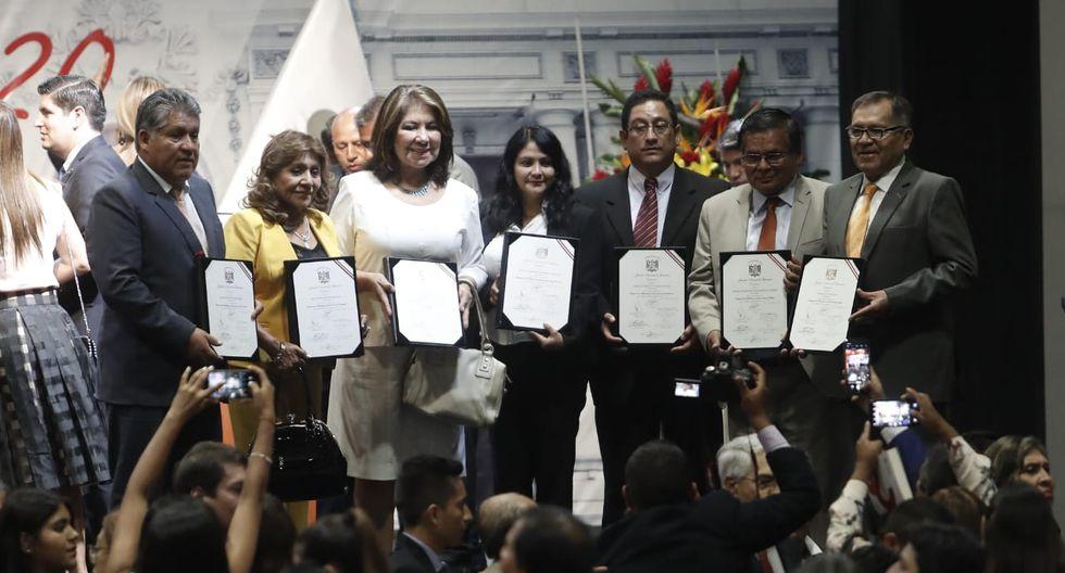 La bancada de Fuerza Popular saluda a los asistentes tras la ceremonia de entrega de credenciales. (Foto: César Campos / GEC)