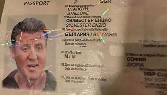 En la foto se ve un pasaporte búlgaro falso con una foto y el nombre del actor estadounidense Sylvester Stallone, incautado durante una operación policial especializada y liberado el 29 de enero de 2021 (Foto: Reuters / Oficina del Fiscal de Bulgaria / Handout).