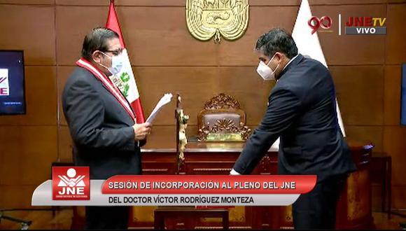 Víctor Raúl Rodríguez Monteza juró al cargo de miembro del JNE ante Jorge Luis Salas Arenas   Foto: Captura de video JNE