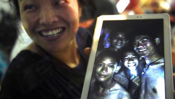 Imágenes del rescate de los 12 niños y su entrenador de fútbol atrapados en la cueva Tham Luang en Tailandia. (AFP)