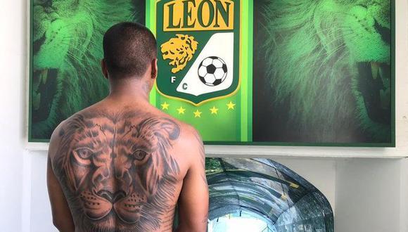 Aquino muestra su nuevo tatuaje frente al escudo del Club León, con el que está a punto de arrancar una tercera temporada. (Foto: Club León)