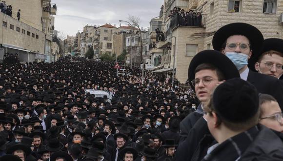 El masivo funeral tuvo lugar en la parte oeste de Jerusalén, donde se pudo observar a varios miles de jóvenes ultraortodoxos sin mascarilla alrededor del vehículo que trasladaba el cuerpo del rabino Meshulam Dovid Soloveitchik, que murió a los 99 años tras luchar durante meses contra el coronavirus. (Foto: MENAHEM KAHANA / AFP).