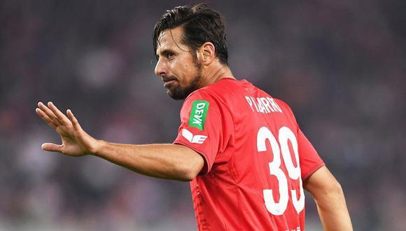 """""""Claudio Pizarro es fuerte, hace buenas carreras y tiene un ojo asesino para los goles"""", dijo hace poco este delantero que podría retornar a Colonia para salvarlo del descenso. (Foto: AFP)"""
