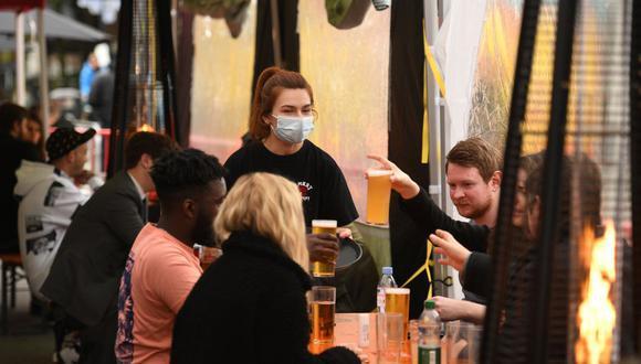 Gente bebiendo en un bar de Manchester a mediados del 2020. (Foto: AFP)