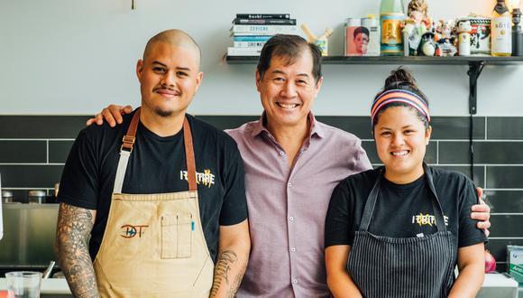Nando y Valerie Chang posan junto a su padre, el peruano Fernando Chang, quien empezó en Miami limpiando mesas de restaurantes y logró convertirse en un gran itamae. Don Fernando todavía cocina en uno de los dos locales regentados por la familia.
