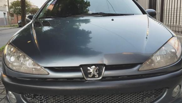 """Un usuario de Facebook en Argentina creó este singular video viral en el que su auto, un Peugeot 206, """"se vende solo""""."""