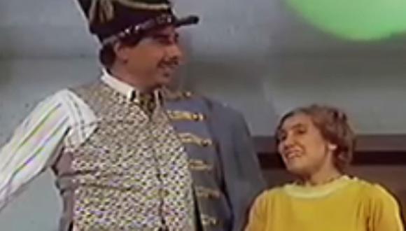 El profesor Jirafales y doña Florinda demostrando sus dotes de canto e interpretación en la Fiesta de la Buena Vecindad. (Foto: Televisa)
