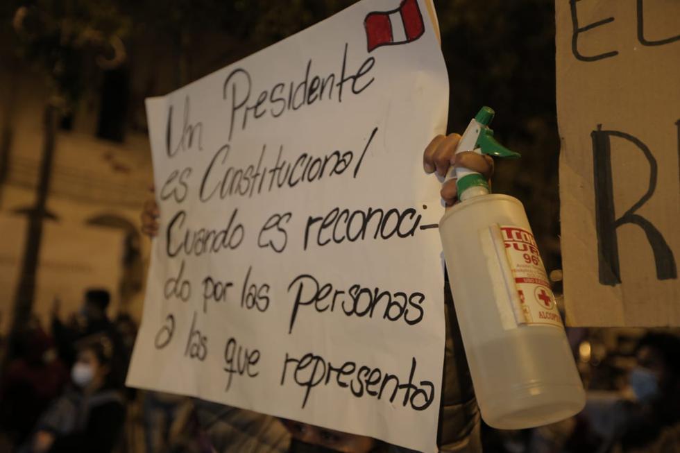 Los manifestantes portaban carteles como este, en los que expresaban su rechazo contra Manuel Merino. (Foto: Andrés Paredes/ @photo.gec)