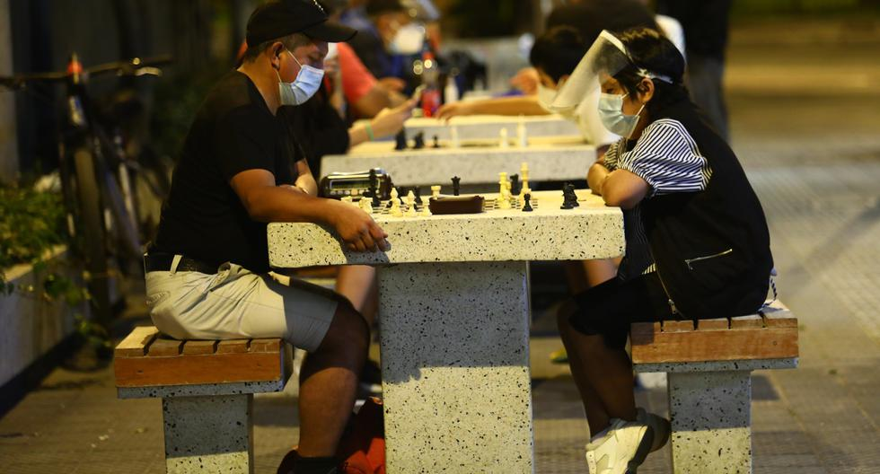 En Miraflores, el municipio renovó hace unos años el pasaje Olaya, pero mantuvo las mesas de ajedrez. (Foto: GEC)