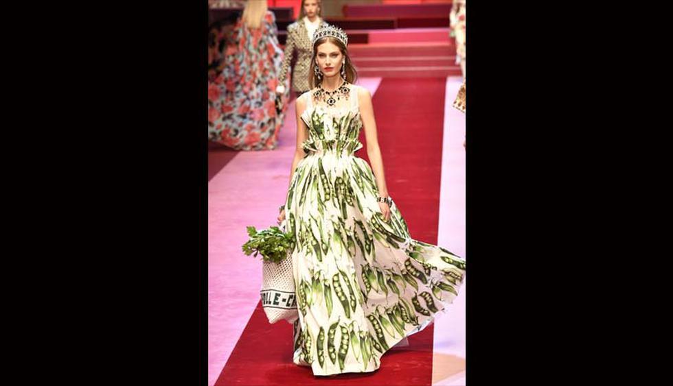 También se hicieron presentes vestidos de corte princesa y estampados florales, los diseños ajustados y plisados de gasa, o la corsetería y el encaje negro, sello de identidad de Dolce & Gabbana desde hace más de 30 años. (Foto: AFP)