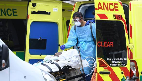 Personal sanitario traslada a un paciente al Hospital St Thomas en el norte de Londres, el 1 de abril de 2020, en plena pandemia de coronavirus. (Foto de DANIEL LEAL-OLIVAS / AFP).