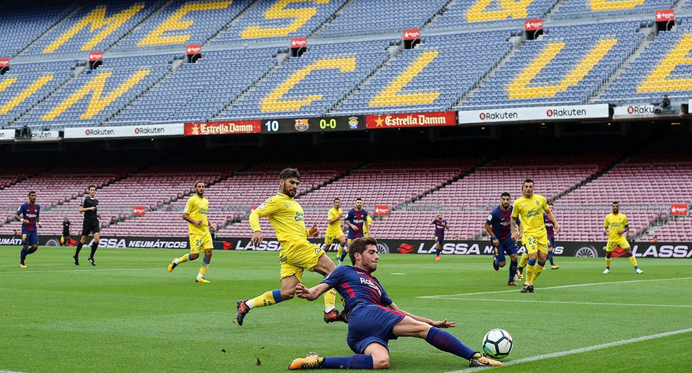Soccer Football - La Liga Santander - FC Barcelona vs Las Palmas - Camp Nou, Barcelona, Spain - October 1, 2017   General view of Barcelona's Sergi Roberto in action infront of an empty stadium as the game is played behind closed doors   REUTERS/Albert Gea     TPX IMAGES OF THE DAY