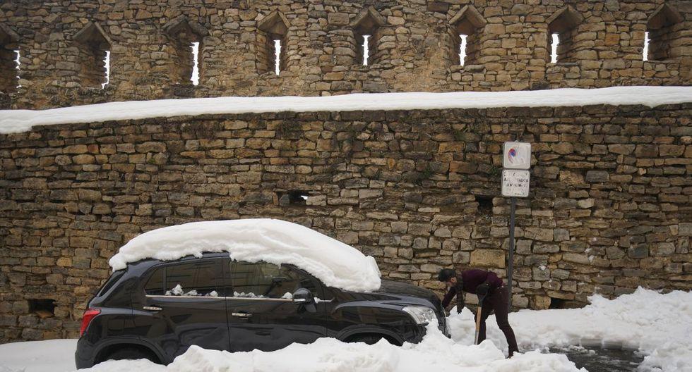 """Un hombre quita la nieve de su vehículo en medio del temporal """"Gloria"""" en Morella, España. (Foto: Reuters)"""