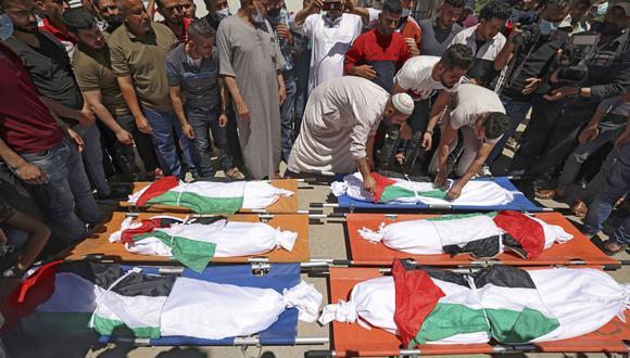 Los palestinos participan en el funeral de la familia Abu Hatab en la ciudad de Gaza el 15 de mayo de 2021. Las 10 personas fallecieron producto del bombardeo de Israel. (Foto de MAHMUD HAMS / AFP).